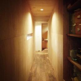 茜部のトンネルハウス (廊下-ラワン合板のトンネル)
