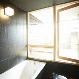 茜部のトンネルハウス (開放感溢れるバスルーム)