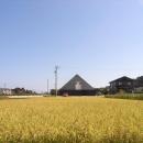 田園風景の中の黒いピラミッド