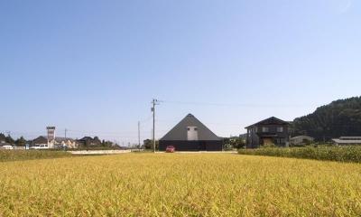 『黒いピラミッド』雪に対応した形・伝統の架構・4つの中庭 (田園風景の中の黒いピラミッド)