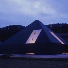 『黒いピラミッド』雪に対応した形・伝統の架構・4つの中庭 (黒いピラミッド-夕景)