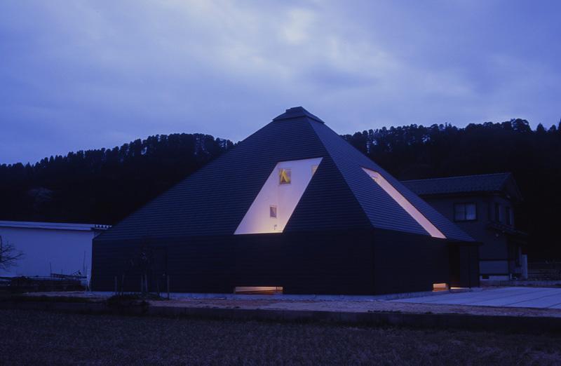 黒いピラミッド-夕景 (『黒いピラミッド』雪に対応した形・伝統の架構・4つの中庭)