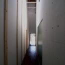 中心の居間を取り巻く回廊
