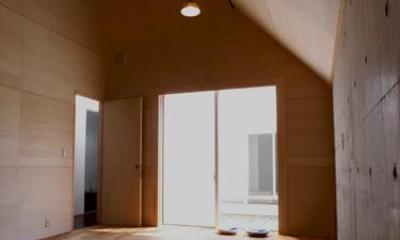 『黒いピラミッド』雪に対応した形・伝統の架構・4つの中庭 (優しい光の差し込む子供部屋)