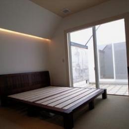 『黒いピラミッド』雪に対応した形・伝統の架構・4つの中庭 (中庭に面した主寝室)