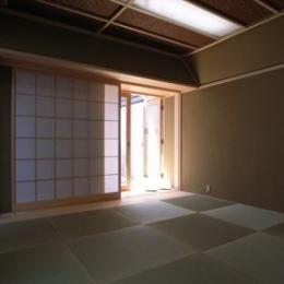 『黒いピラミッド』雪に対応した形・伝統の架構・4つの中庭 (和室-客間)