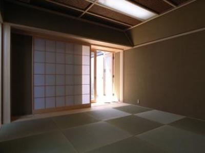 和室-客間 (『黒いピラミッド』雪に対応した形・伝統の架構・4つの中庭)