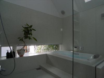 モザイクタイル仕上げのバスルーム (『黒いピラミッド』雪に対応した形・伝統の架構・4つの中庭)