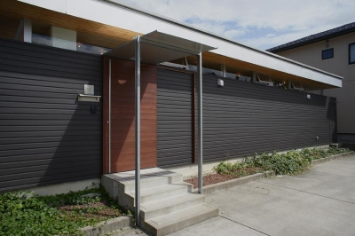 外壁はそのまま擁壁に (『菜園ののったフラット』3方向にひらいたコートハウス)