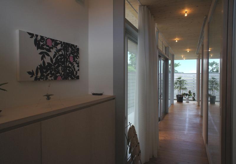 『菜園ののったフラット』3方向にひらいたコートハウスの部屋 玄関よりLDK側を見る
