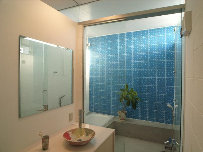 『菜園ののったフラット』3方向にひらいたコートハウスの部屋 ブルータイルが爽やかな浴室・洗面室