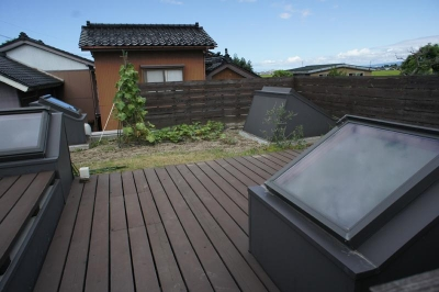 『菜園ののったフラット』3方向にひらいたコートハウス (緑が植えられた屋上菜園-2)