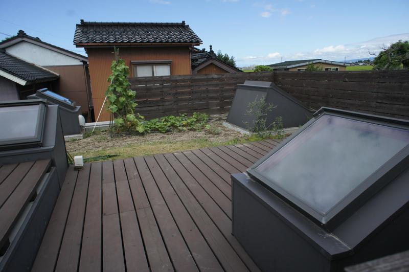 『菜園ののったフラット』3方向にひらいたコートハウスの部屋 緑が植えられた屋上菜園-2