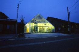 『ガラスのピラミッド』ガラスの合掌造り (ガラスのピラミッド-夜景)