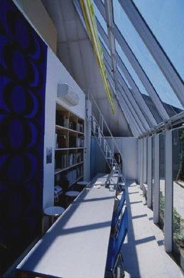 『ガラスのピラミッド』ガラスの合掌造りの写真 明るいアトリエ