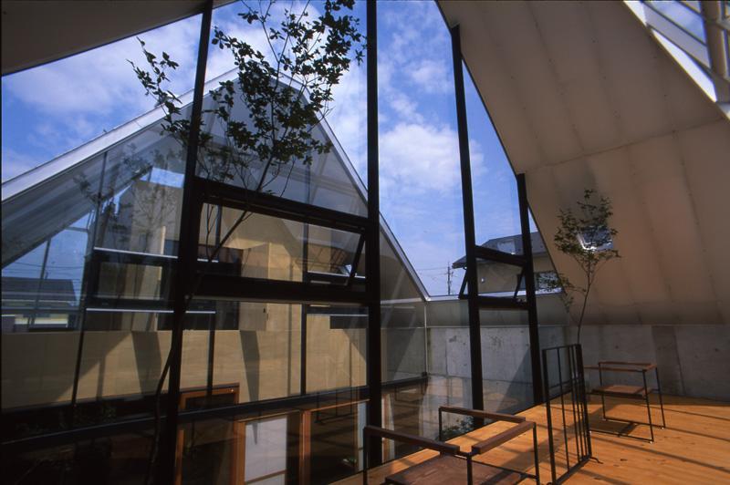 『ガラスのピラミッド』ガラスの合掌造りの写真 2階展示室より中庭側を見る