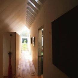 『ガラスのピラミッド』ガラスの合掌造り (光の降り注ぐ廊下)