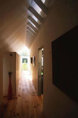 『ガラスのピラミッド』ガラスの合掌造りの写真 光の降り注ぐ廊下