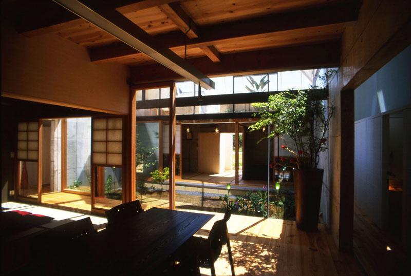 『ガラスのピラミッド』ガラスの合掌造りの写真 中庭より光を取り込むダイニング