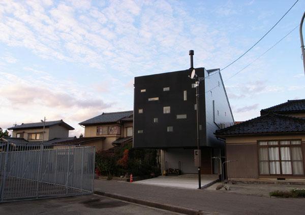 『浮かんだパティオのある家』空中の庭園の部屋 「やじろべぇ構造」の外観
