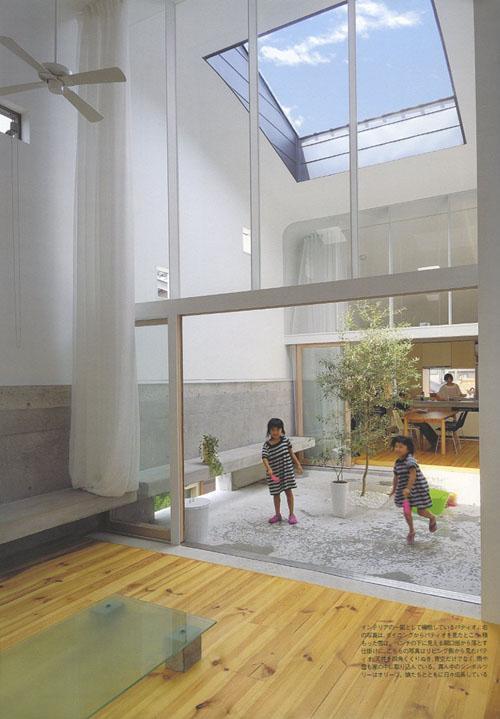『浮かんだパティオのある家』空中の庭園の部屋 オリーブの植えられた2階パティオ-1