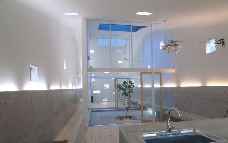 小窓がたくさんある楽しいワンルーム空間 (『浮かんだパティオのある家』空中の庭園)
