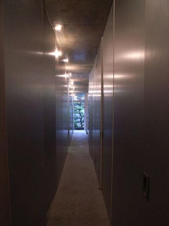 『浮かんだパティオのある家』空中の庭園の部屋 プライバシー性の高い1階通路