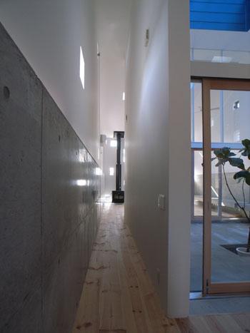 『浮かんだパティオのある家』空中の庭園の部屋 リビングとダイニングをつなぐ2階通路