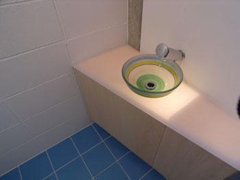 『浮かんだパティオのある家』空中の庭園の部屋 ガラスの手洗器