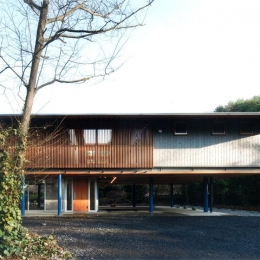 『武蔵野の家』桜の大木の別荘 (木製ルーバーがアクセントの外観-2)