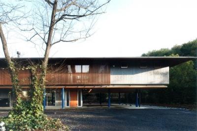 木製ルーバーがアクセントの外観-2 (『武蔵野の家』桜の大木の別荘)