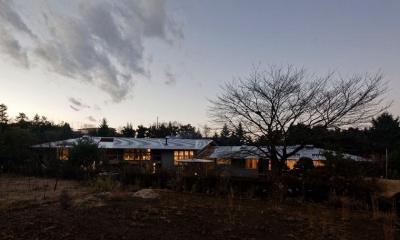 外観夕景-1|『武蔵野の家』桜の大木の別荘
