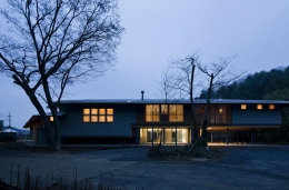 『武蔵野の家』桜の大木の別荘 (外観夕景-2)