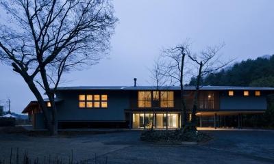 外観夕景-2|『武蔵野の家』桜の大木の別荘