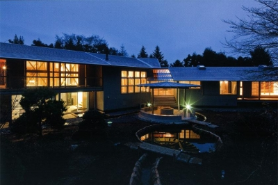 サンクンガーデンのような南側庭 (『武蔵野の家』桜の大木の別荘)