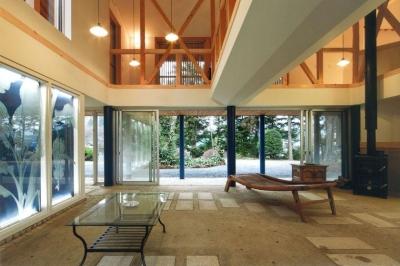 薪ストーブのある開放的な土間空間 (『武蔵野の家』桜の大木の別荘)