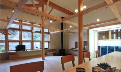 梁・柱が存在感を放つリビングダイニング|『武蔵野の家』桜の大木の別荘