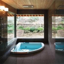『武蔵野の家』桜の大木の別荘 (開放感溢れるバスルーム)