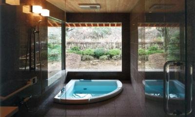 開放感溢れるバスルーム|『武蔵野の家』桜の大木の別荘