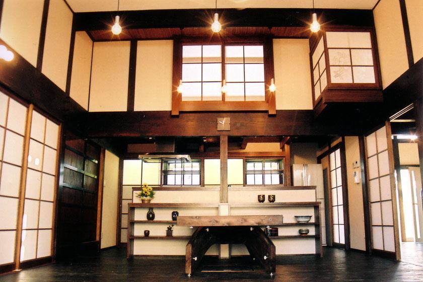 温かみのある吹き抜けの食堂 (『弘前の家』明るく風通しのよい住まいへ)