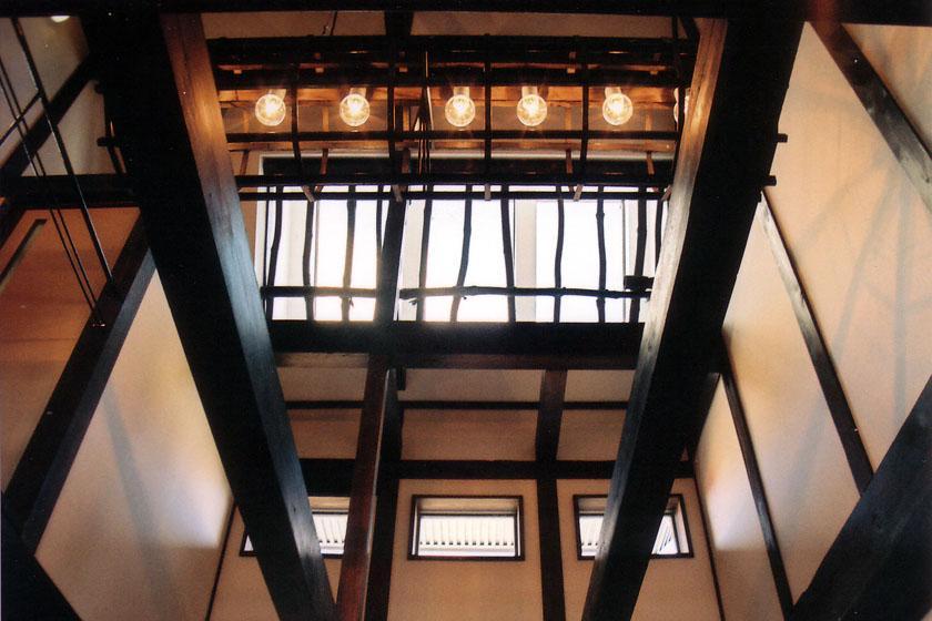 『弘前の家』明るく風通しのよい住まいへの部屋 吹き抜けを見上げる