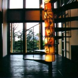 吹き抜けを貫く螺旋階段 (『弘前の家』明るく風通しのよい住まいへ)