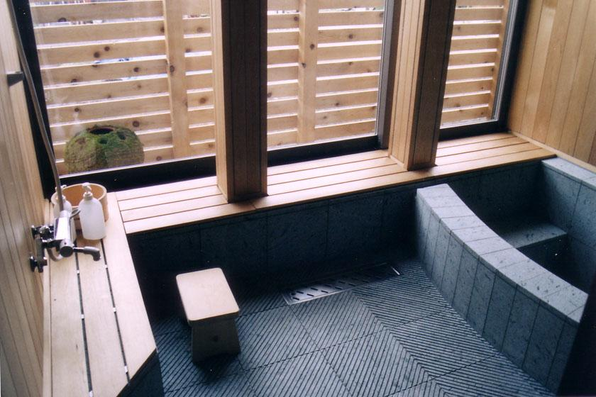 『弘前の家』明るく風通しのよい住まいへの写真 懐かしさ・心地良さを感じる浴室