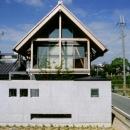 急勾配の瓦屋根が印象的な外観-1