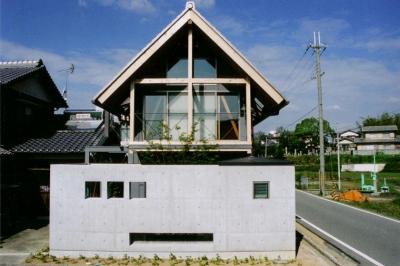 『稲美の家』シンボルツリーのある温かな住まい (急勾配の瓦屋根が印象的な外観-1)