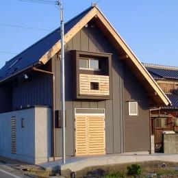 『稲美の家』シンボルツリーのある温かな住まい (急勾配の瓦屋根が印象的な外観-2)