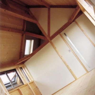 シンプル且つナチュラルな寝室 (『稲美の家』シンボルツリーのある温かな住まい)