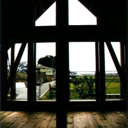 『稲美の家』シンボルツリーのある温かな住まい (眺めの良い寝室)