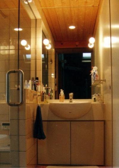 コンパクトな洗面スペース (『稲美の家』シンボルツリーのある温かな住まい)