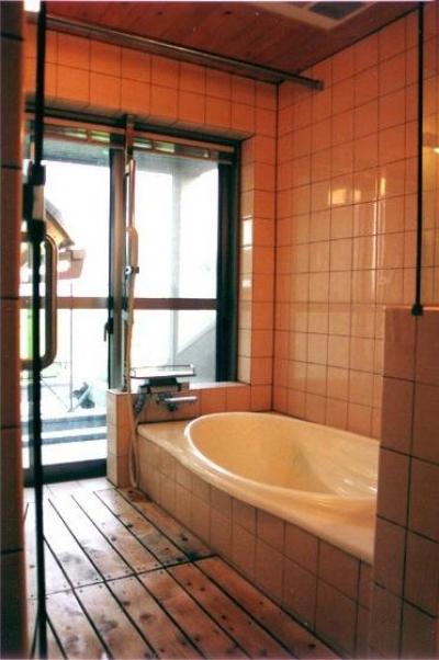 『稲美の家』シンボルツリーのある温かな住まい (開放的な浴室)